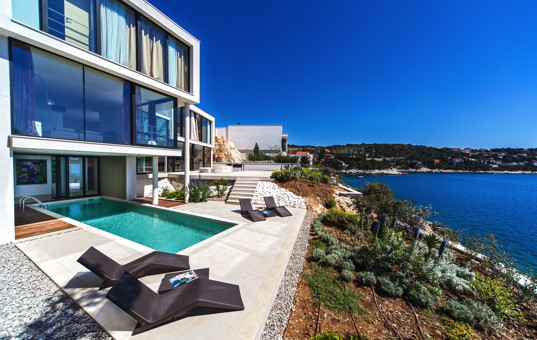 Kroatien - Dalmatien, Primosten - Golden Ray Villa 3 - Modern Villa with large window front and partially covered pool
