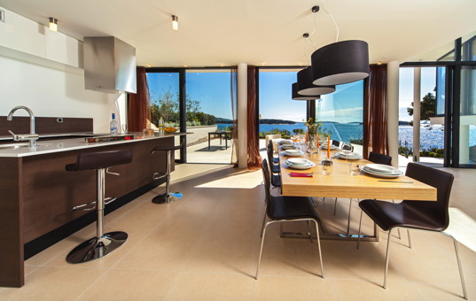 Kroatien - Dalmatien, Primosten - Golden Ray Villa 3 - Open Kitchen and dining area with large window front and sea view