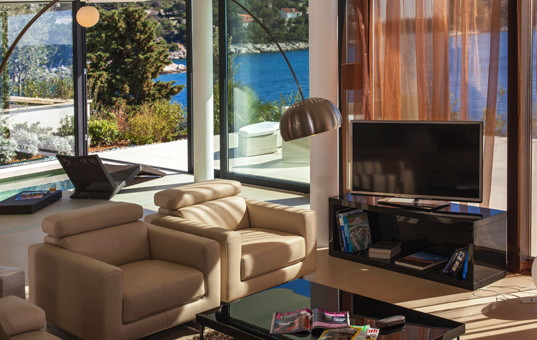 Kroatien - Dalmatien, Primosten - Golden Ray Villa 2 - Modern livingroom with large window front and sea view