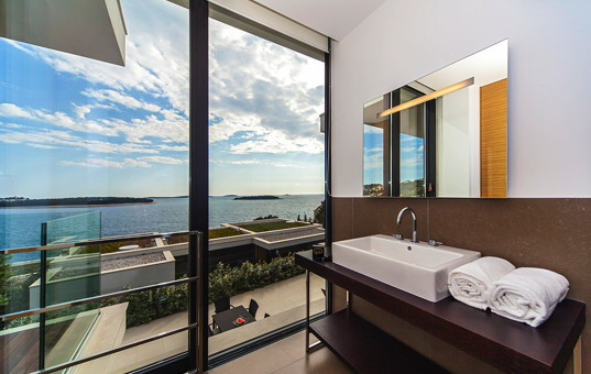 Kroatien - Dalmatien, Primosten - Golden Ray Villa 7 - Bathroom with large window front and sea view