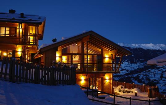 Österreich - Tirol  - Zillertal - Zell - Hochleger Jagdchalet - Chalet in einer Schneelandschaft