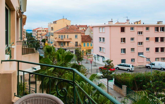 Frankreich - COTE D'AZUR - Sanary-sur-Mer - Apartment Sant Nari - Balcony with view onto the city