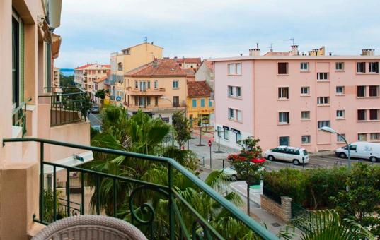 Frankreich - COTE D'AZUR - Sanary-sur-Mer - Apartment Sant Nari - Balcony with view onto the city