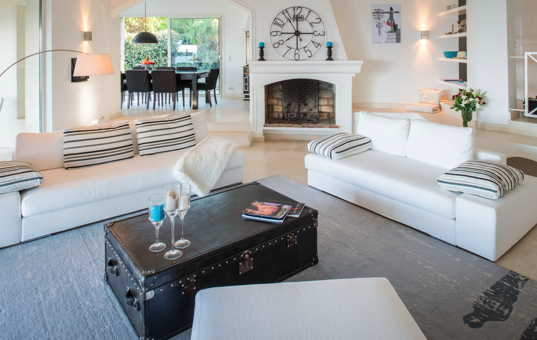 Frankreich - COTE D'AZUR - Ramatuelle - Villa Jasmina - Livingroom with fireplace
