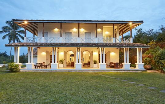 Indischer Ozean - SRI LANKA - Koggala - Villa Pooja Kanda - evening view of colonial villa in sri lanka