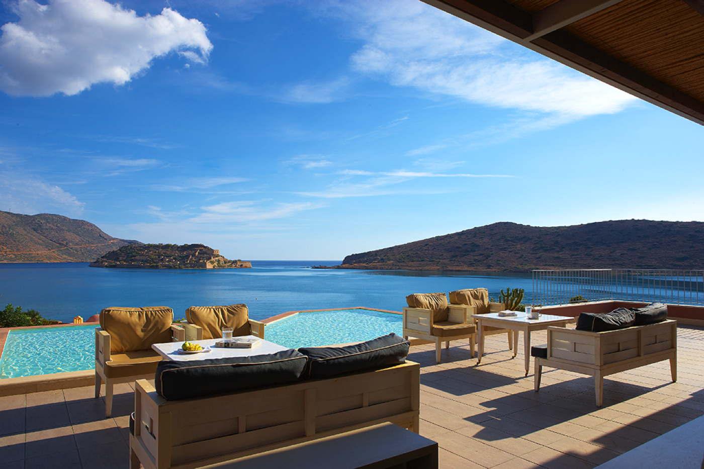 suite mit privatem pool whirlpool in elounda auf kreta. Black Bedroom Furniture Sets. Home Design Ideas
