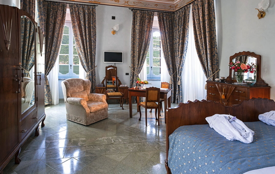 Italien - LAGO DI COMO - Lezzeno - Hotel Palazzo del Vice Re - spacious suite with living area