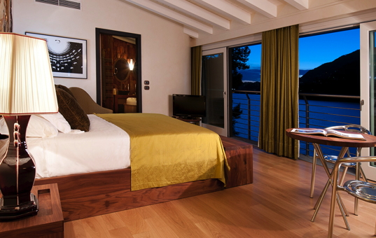 Italien - LAGO DI COMO - Blevio - Villa Amina - Bedroom with large windows facing the lake
