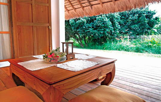Asien - THAILAND - Chiang Mai | Namprae Village - Hoshihana Ichikawa House - stunning wooden terrace with loevly view of the tropical garden