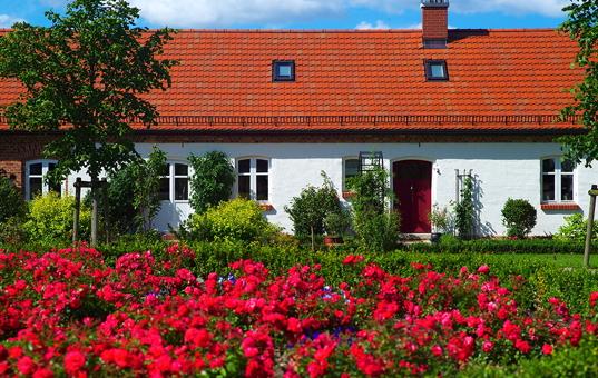 Deutschland - NORTHERN GERMANY - Jarmen / Mecklenburg-Vorpommern - Kutscherhaus Toitin - Flowers in front of Kutscherhaus Toitin