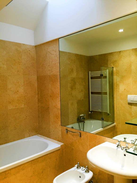 bath room with bath tub