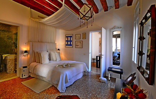 Italien - VENETO - Venedig - Apartment Ca Sole - Well decorated bedroom with en-suite shower/wc in Venice apartment