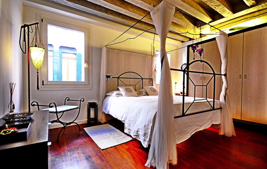 Italien - VENETO - Venedig - Apartment Ca Foscari - Stylish decorated bedroom Venice apartment