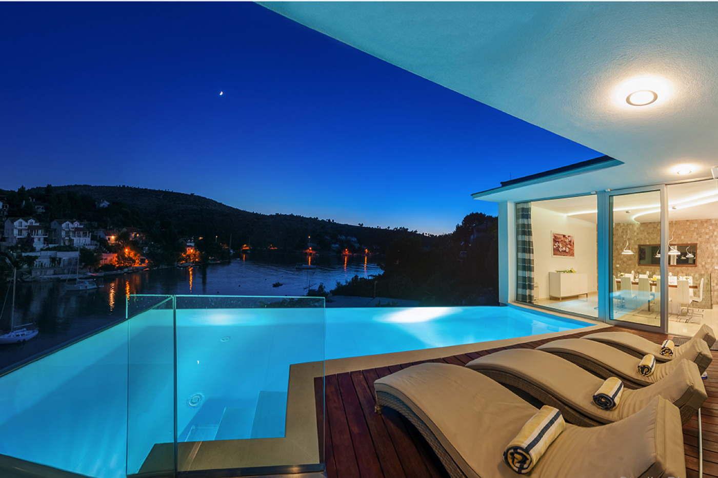 Moderne luxusvilla am meer mit pool  Moderne Luxusvilla mit Infinity-Pool direkt am Meer Insel Brac ...