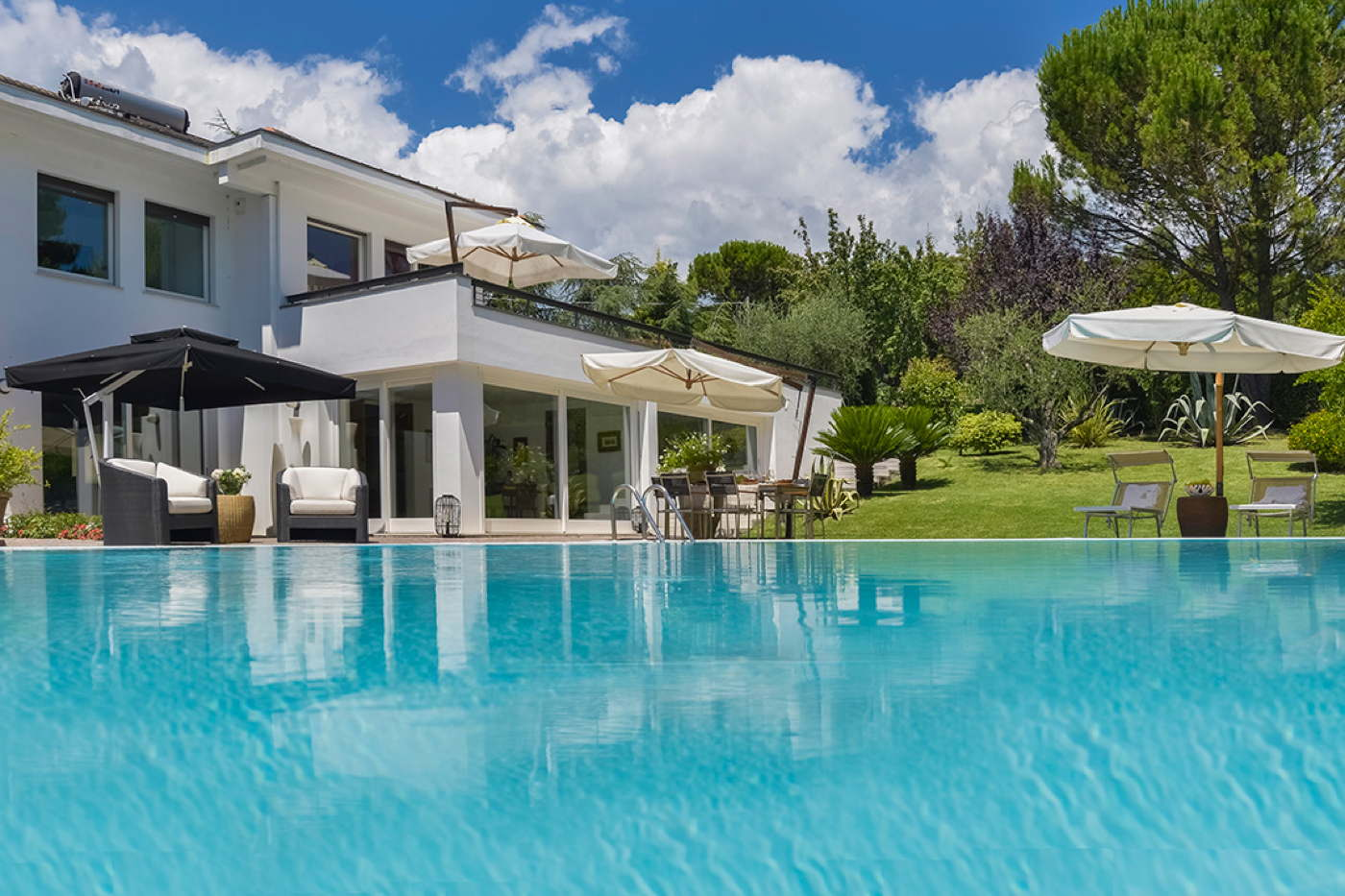 Luxury vacation villa with pool and large garden in italy for Monte villa motor inn