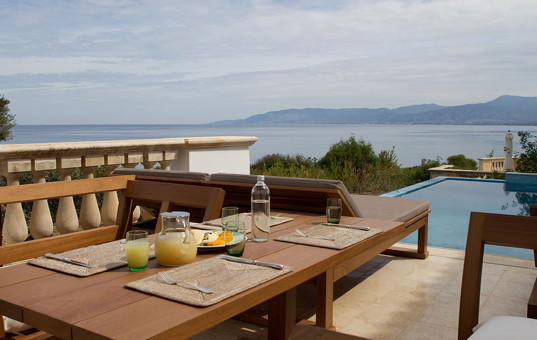 Zypern - Neo Chorio - Alcyone Deluxe Villa - infinity pool and dining area of villa with sea view