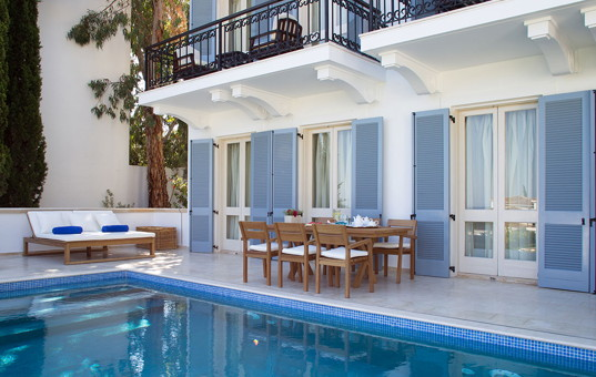Zypern - Neo Chorio - Andromeda Deluxe Villa - outdoor lounging and dining area near the pool