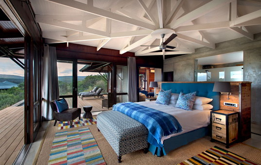 Afrika - SOUTH AFRICA - CAPE REGION - Kwandwe Game Reserve / Ost-Kap - Kwandwe Ecca Lodge - Spacious bedroom with wraparound terrace