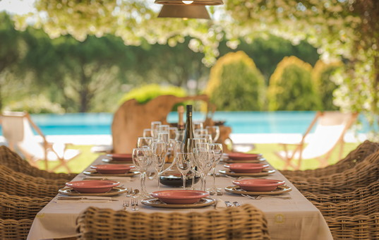 Italien - MARCHE - Camerano - Villa Camerano - veranda dining table and pool view of villa in Marche