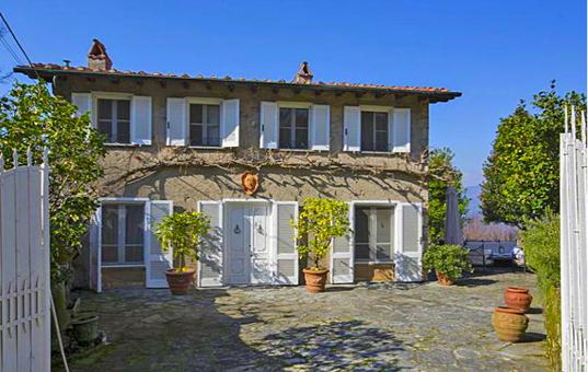 Italien - TUSCANY - FORTE DEI MARMI - Capriglia - Villa Capriglia - entrance with court yard