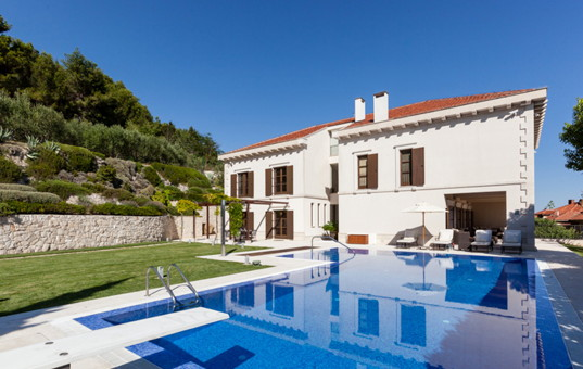 Kroatien - Split - Villa Ulica - view of pool and vacation villa in Split Croatia