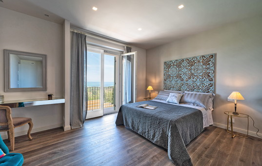 Italien - MARCHE - Civitanova - Villa Portonovo - Bedroom and seaview of vacation villa in Marche Italy