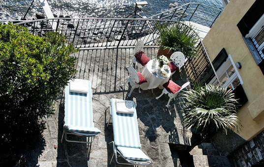 Italien - LAGO DI COMO - St.Maria Rezzonico - Casa Rivetta - Fenced terrace directly by Lake Como with dining area