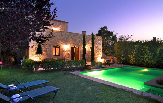 <a href='/holiday-villa/greece.html'>GREECE</a> - <a href='/holiday-villa/greece/crete.html'>CRETE</a>  - Prines - Villa Aphrodite - Villa with garden and pool in evening light