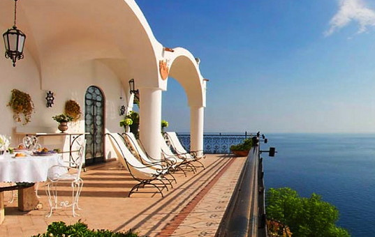 Italien - CAMPANIA - AMALFI COAST - Positano - Villa Oliviero - Terrace with dining area and loungers and panoramic sea view