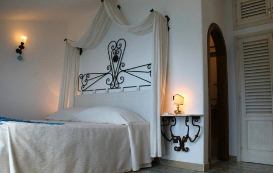 Italien - CAMPANIA - AMALFI COAST - Positano - Villa Oliviero - double bedroom with canopy bed
