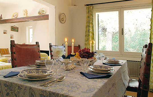Spanien - BALEARIC ISLANDS - MAJORCA - Cala d`Or - Villa Mondrago - set dining table with candles