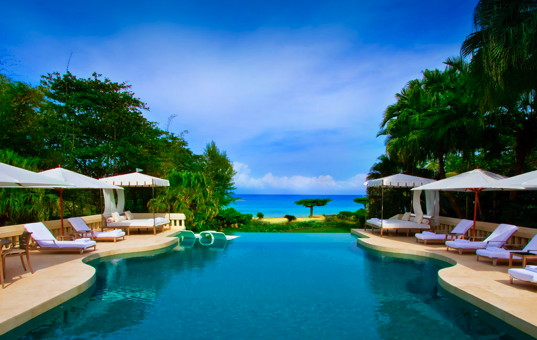 Karibik - Ocho Rios - Roaring Pavilion - Large infinity pool with loungers and beach view