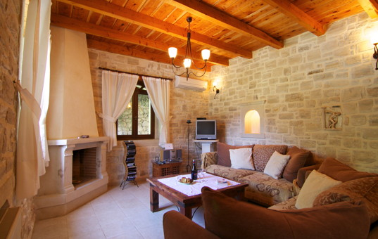 Griechenland - CRETE - Prines - Villa Zeus - Cozy livingroom with fireplace and high walls
