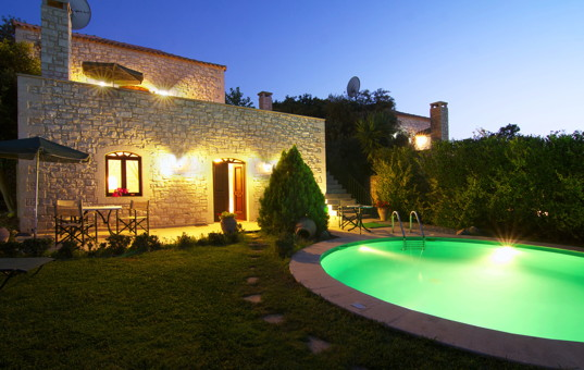 Griechenland - CRETE - Prines - Villa Zeus - Villa with garden and oval pool in evening light