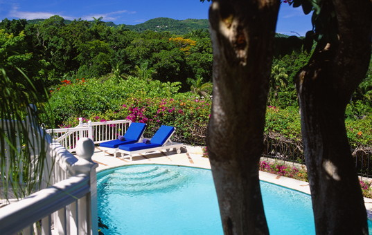 Karibik - Jamaica | Montego Bay - Round Hill Villen - Fenced Pool surrounded by a lush garden