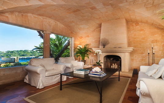 Spanien - BALEARIC ISLANDS - MAJORCA - Porto Petro - Sa Torre - livingroom with fireplace and sea view