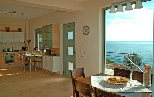 Griechenland - CRETE - Achlia - Spiti Fegarada - Open Kitchen and dining area with sea view