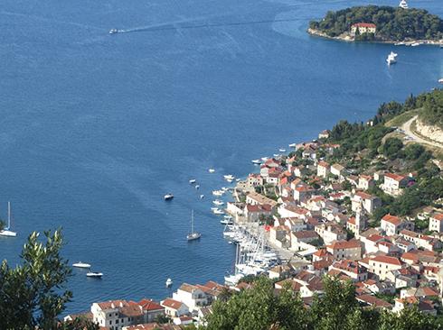 Hafenstädtchen auf der Insel Vis Kroatien