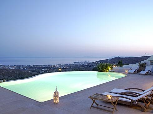 Tinos'ta tatil villası havuzu akşam manzarası